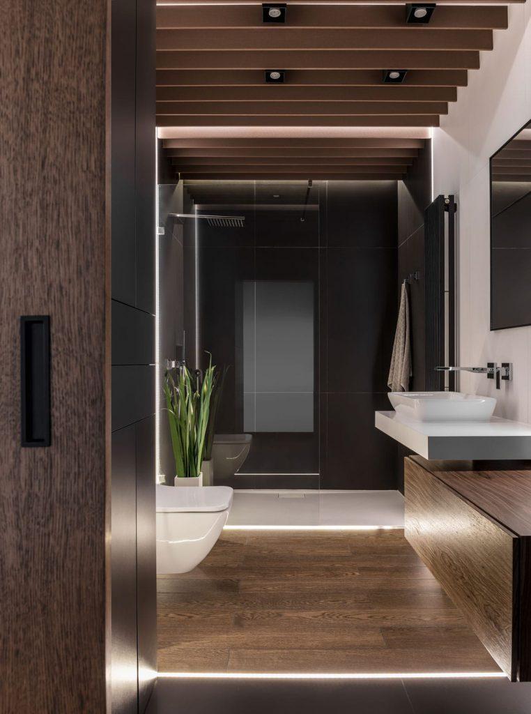 Łazienka wmieszkaniu wPoznaniu, widok oddrzwi wejściowych.