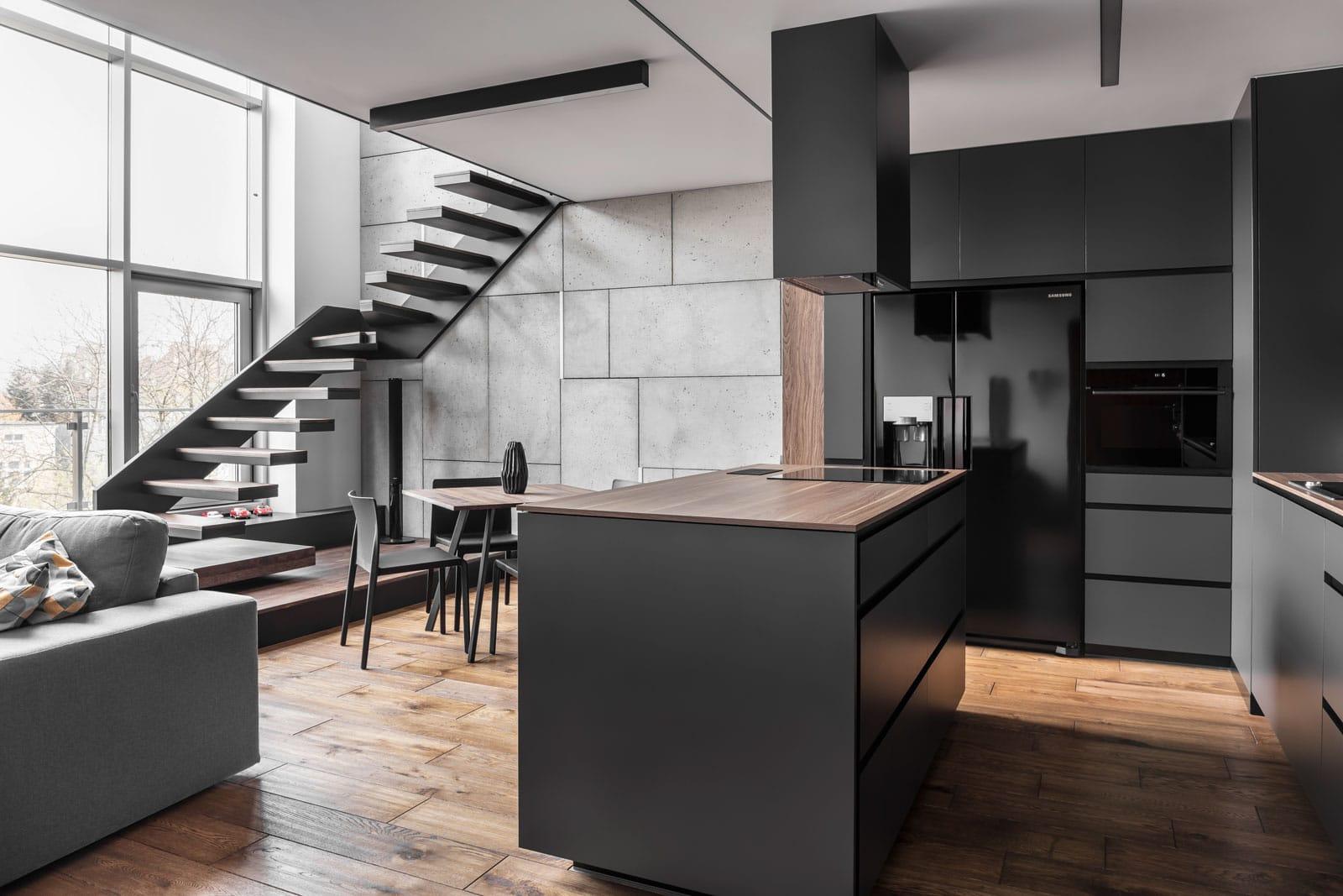 Mieszkanie w Poznaniu, widok na salon ze schodami