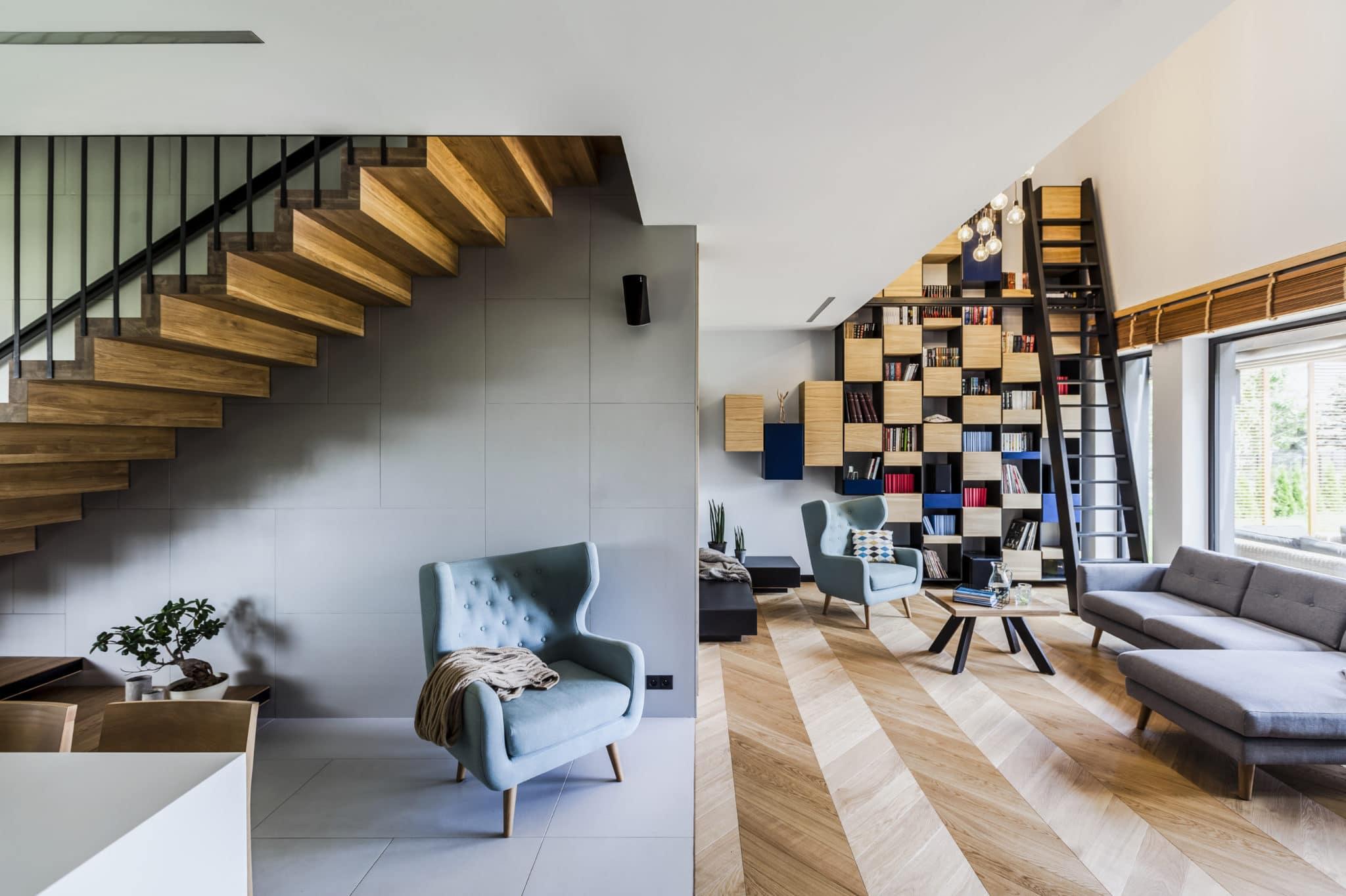 Wnętrze domu jednorodzinnego salon schody półka