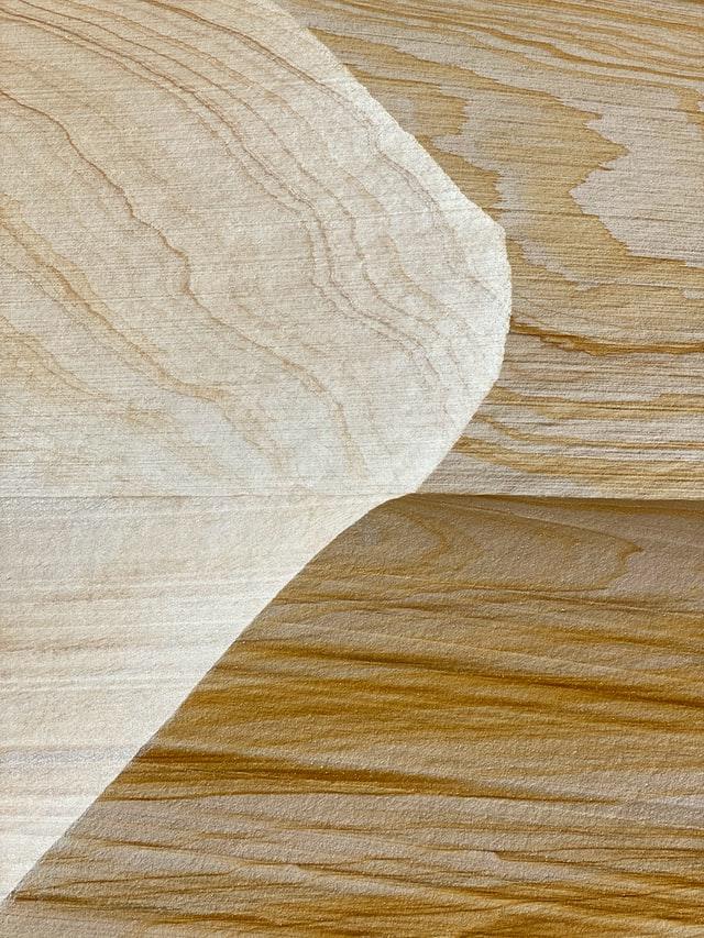 Fornir jest cienkim plastrem naturalnego drewna. Pozwala oklejać płyty MDF wtakim naturalnym wykończeniem zwykorzystaniem pełnej gamy typu drewna - oddębu, przezorzech powybarwiany lub bejcowany buk.