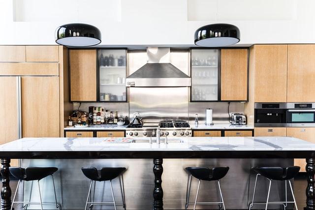 Układ kuchni zwykorzystaniem wyspy jest bardzo praktyczną opcją, utrzymującą kontakt zinnymi osobami wpomieszczeniu.