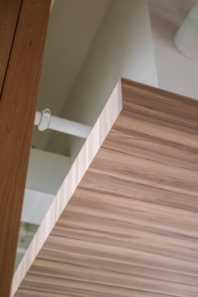 Płyta meblowa charakteryzuję się pokryciem płyty wiórowej sztucznym laminatem znadrukiem drewna iodpowiednią strukturą 3D.