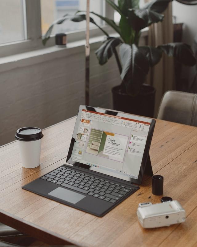 Hot desk, czyli stanowisko nieposiadające właściciela, staje się coraz topopularniejszym rozwiązaniem wewspółczesnych biurach.
