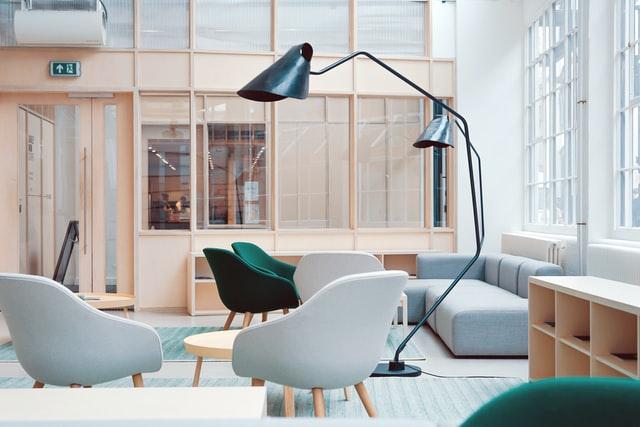 Powyższy obrazek wielu osobom może pokazywać bardzo funkcjonalną przestrzeń biurową. Dla innych może być zbędna zniepotrzebnymi fotelami, regałem, czysofą, nieprzystającą dofunkcji biurowej.