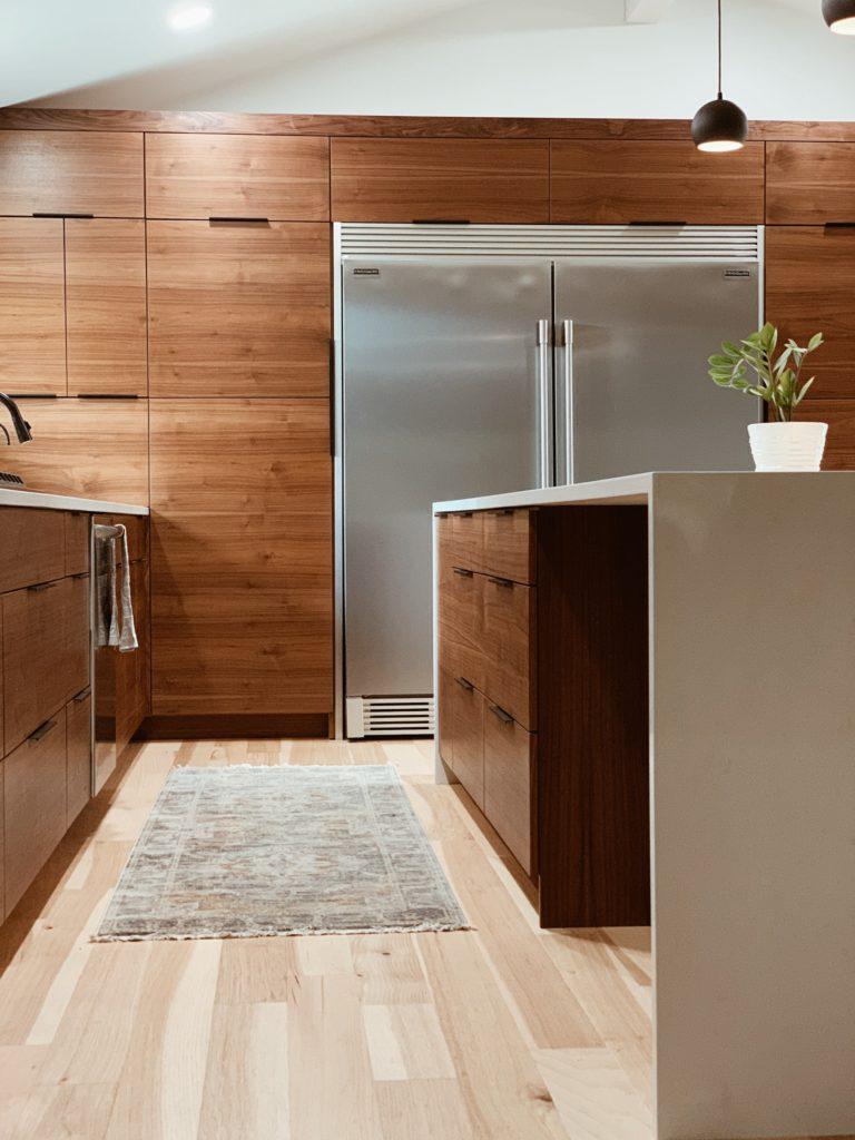 Widok napodwójną lodówkę side byside wnowoczesnej kuchni