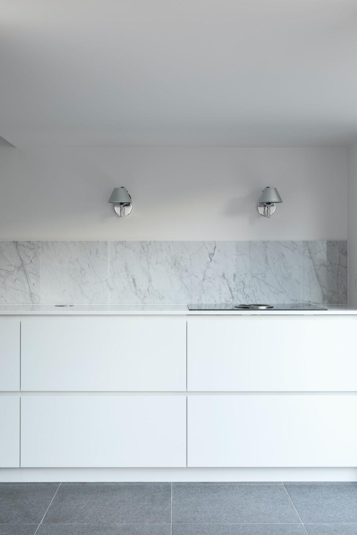 okap blatowy pozwala na całkowite pozbycie się zabudowy nadblatowej lub dodatkowych sprzętów nad blatem kuchennym.
